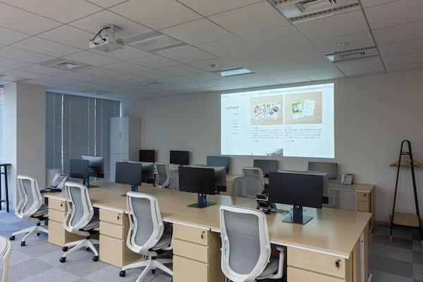 オフィスデザイン事例|株式会社ノハナ壁にプロジェクターを投影可能