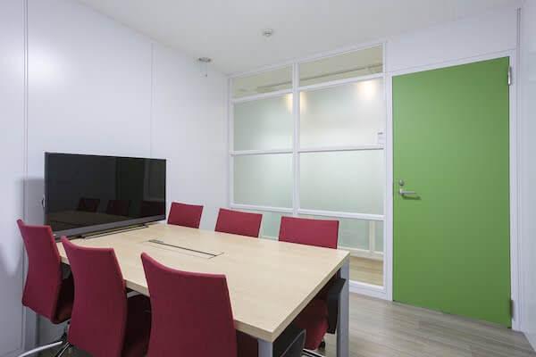 実用性も意識した会議室