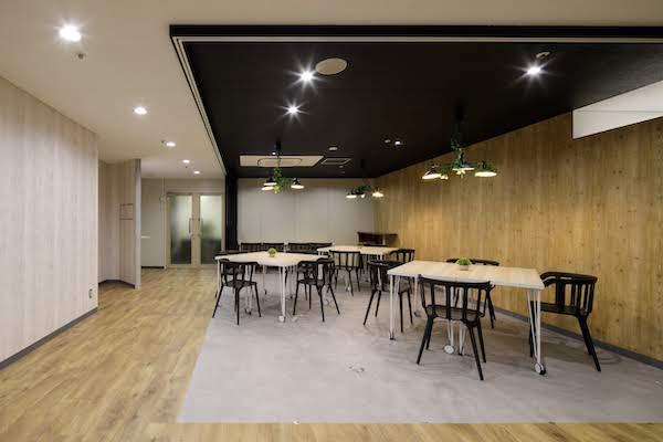 オフィスデザイン事例|株式会社トリニアス オフィスの一部を仕切ってセミナー用の空間に
