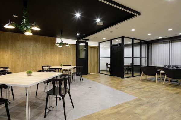 オフィスデザイン事例|株式会社トリニアス 所々に緑を取り入れることで暖かみのある空間に