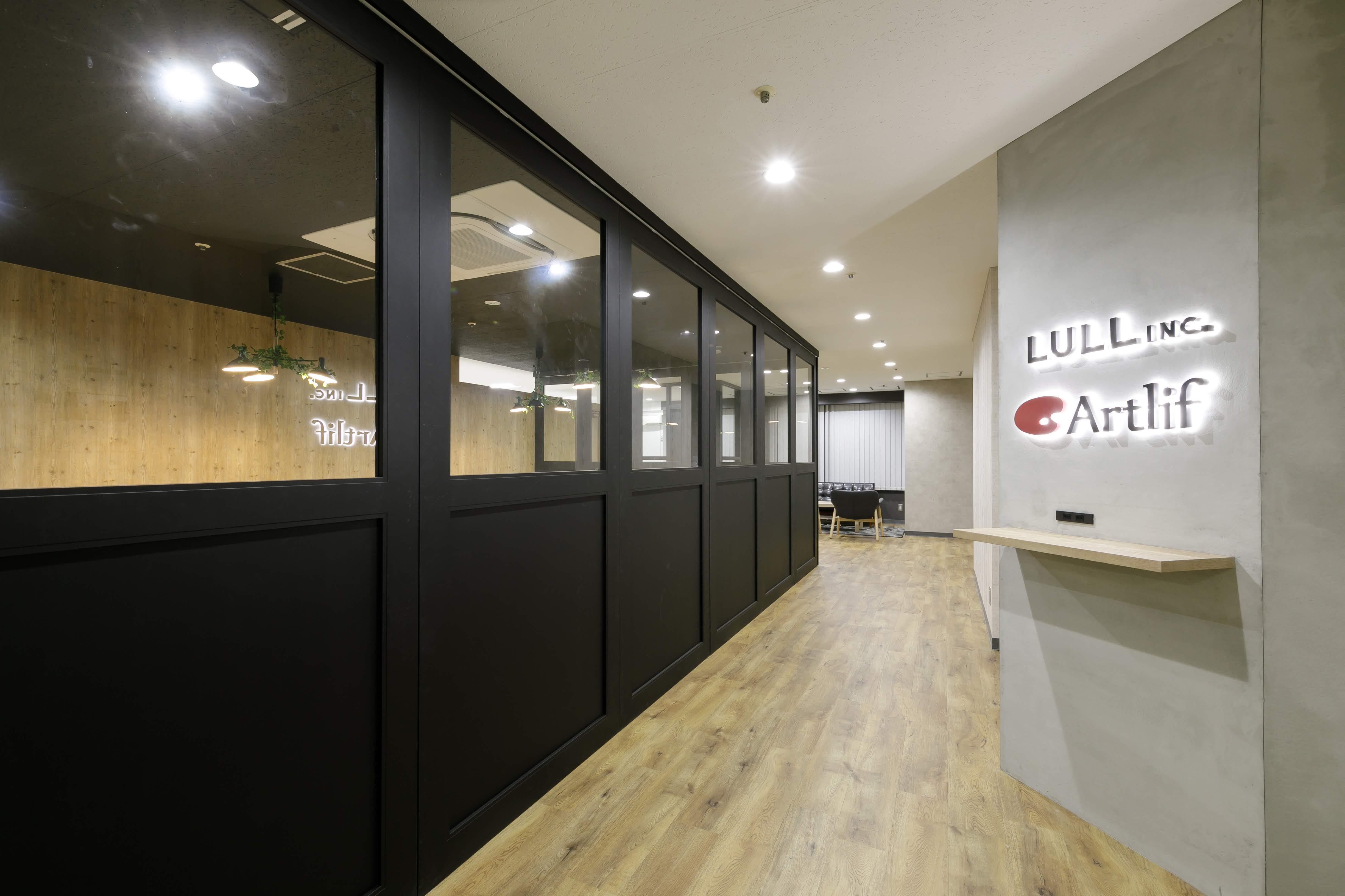 会議室は壁を透明にすることで開放感を出す