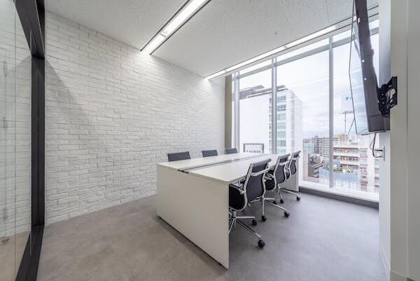オフィスデザイン事例|株式会社イオシス アクティブな雰囲気のある会議室