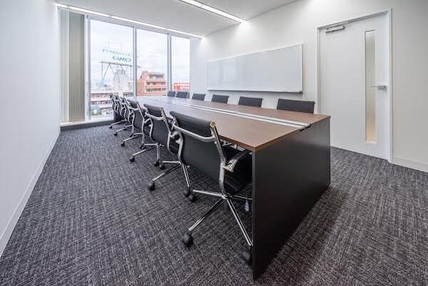 オフィスデザイン事例|株式会社イオシス タイプの異なる会議室を複数設置