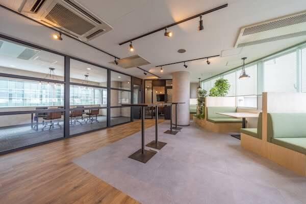 オフィスデザイン事例|株式会社C-mind _まるでカフェにいるかのようにリラックスできる来客スペース