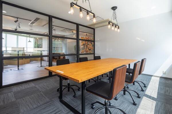 オフィスデザイン事例|株式会社C-mind _カフェ風の面談スペース