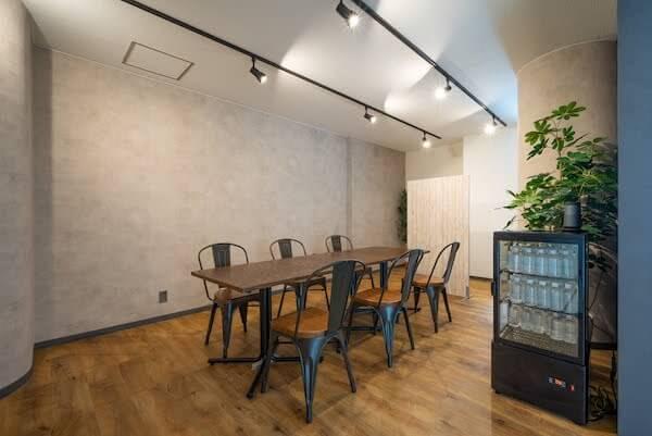 オフィスデザイン事例|株式会社C-mind _カフェのような空間が特徴的な面談スペース