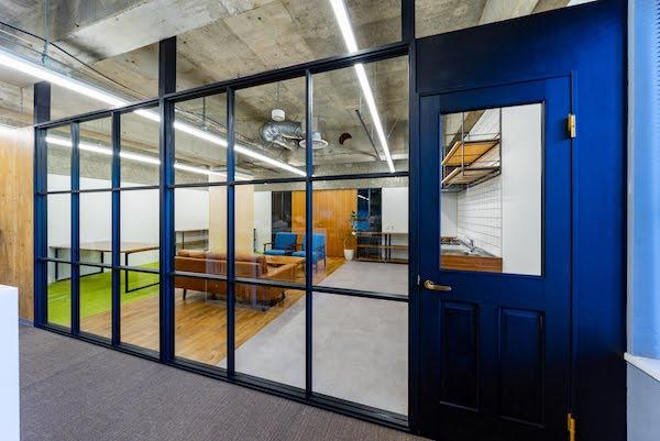 オフィスデザイン事例|リスクキャリア株式会社 _異なる素材の組み合わせで誕生した斬新な空間