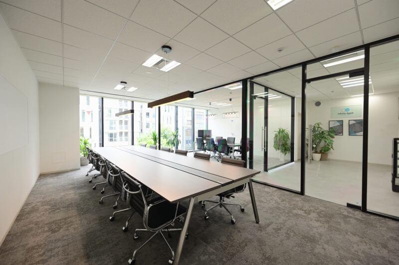 会議室はガラス張り