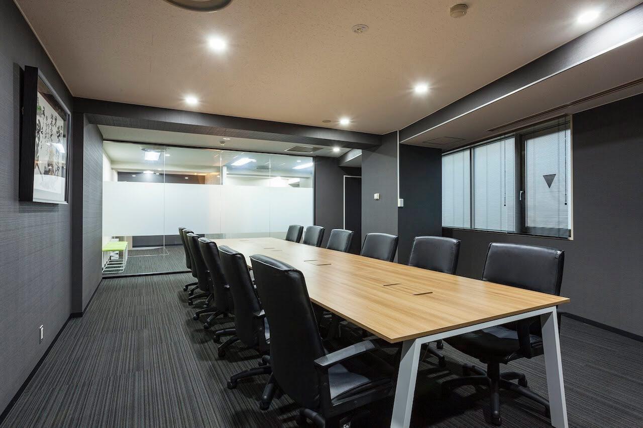 オフィスデザイン事例|株式会社ライト通信_TRUSTがデザインしたミニマルスタイリッシュなオフィス