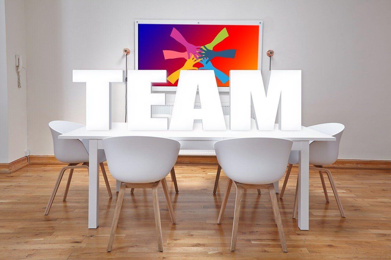 定型業務とグループ作業に適したデスクレイアウトとは