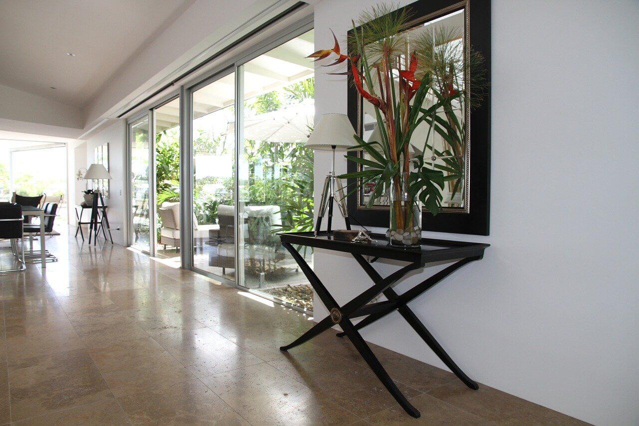 ガラスで区切られた空間がオフィス内の広がりを感じさせる