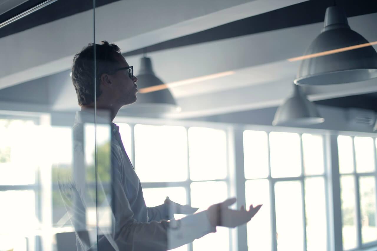 ガラスを採用することでプライバシーと開放感を実現