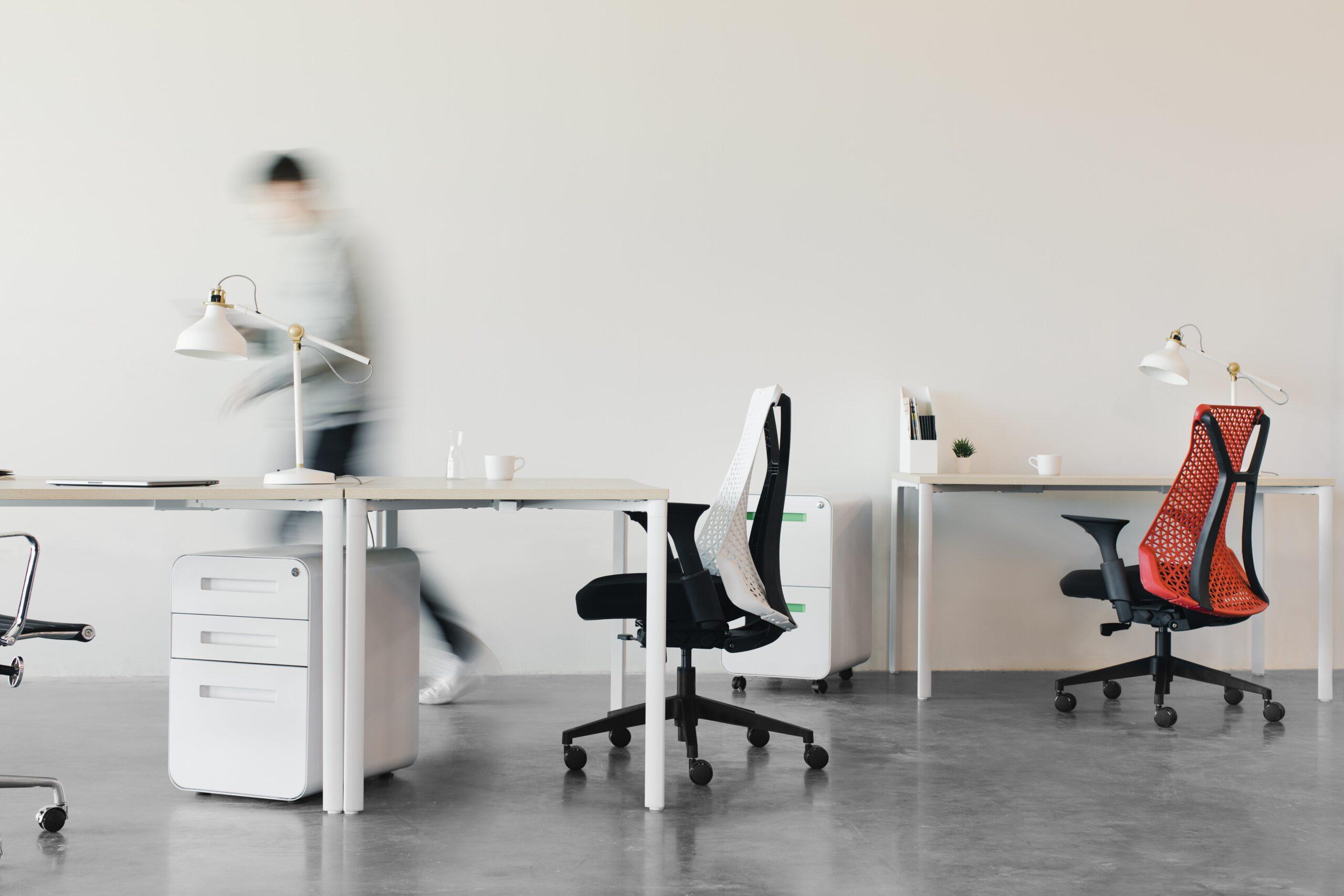 腰痛予防のためのチェアチェック②座面が柔らかすぎず適度に硬いか