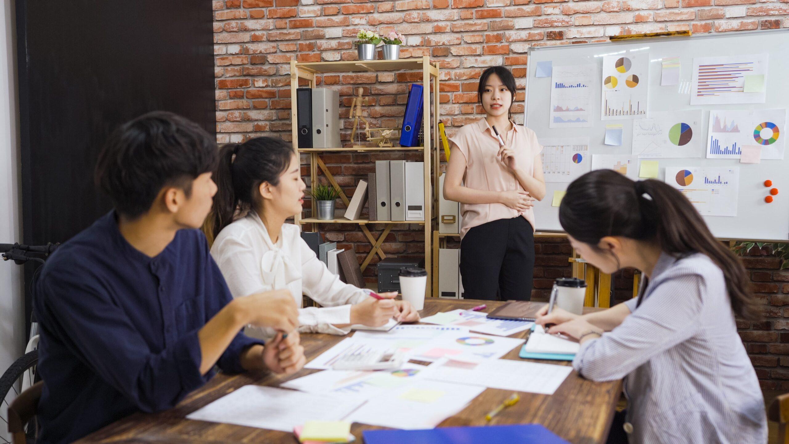 狭いオフィスのメリット②コミュニケーションが取れる、孤独感を抱かなくなる