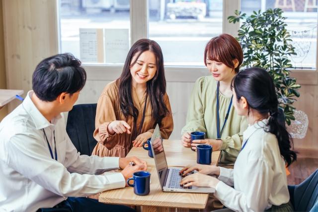 オフィス×カフェスペースが人気の理由②:コミュニケーションが活性化するから