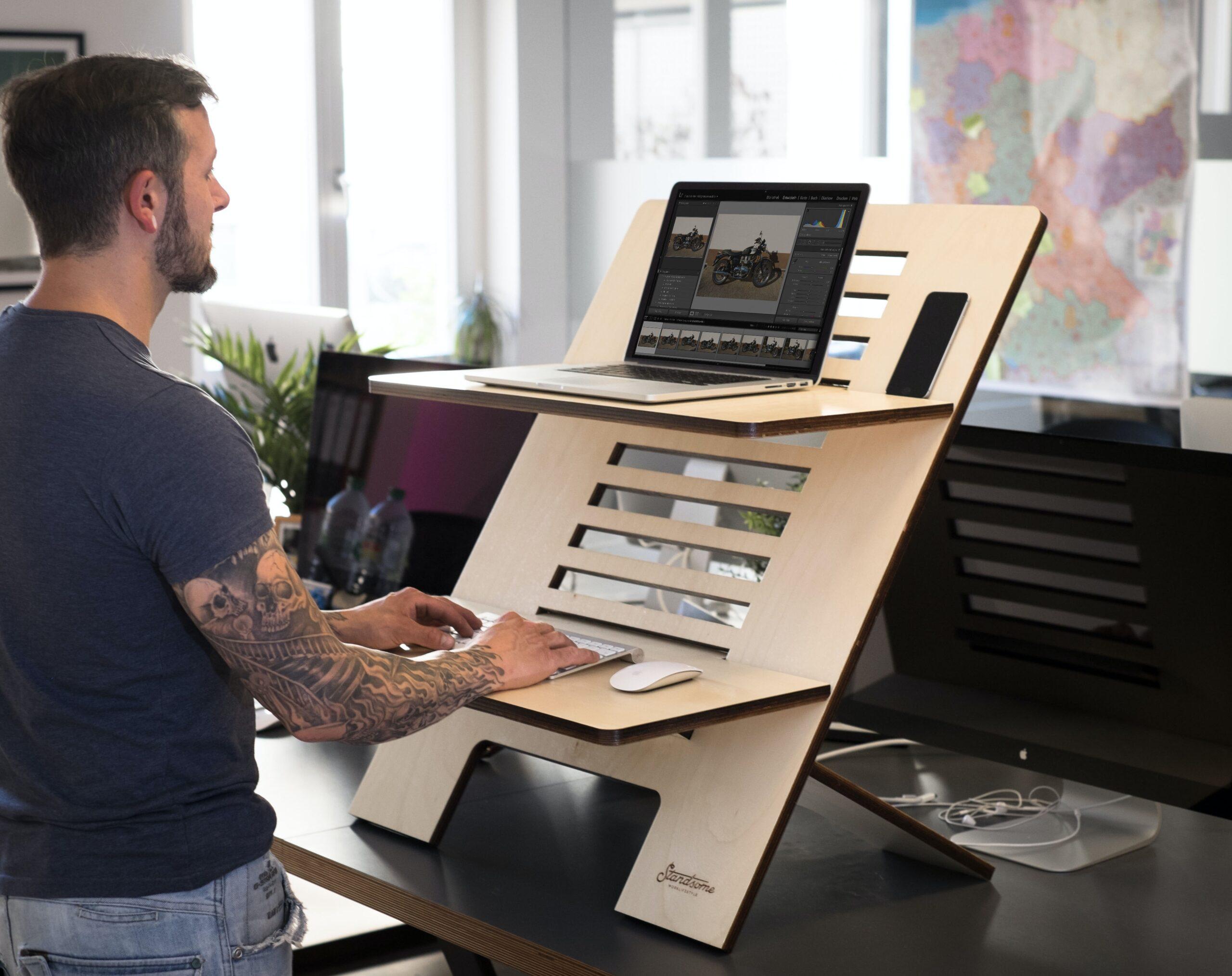 オフィスにスタンディングデスクを置くと、思わぬ効果が